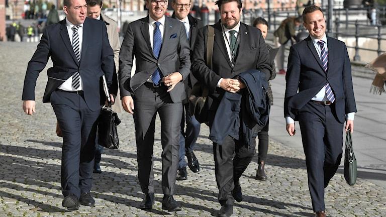 Roger Haddad (L), Andreas Carlson (KD), Johan Hedin (C) och Tomas Tobé (M) på väg till Justitiedepartementet för diskussioner mellan regeringen och alliansen om nynazismen.