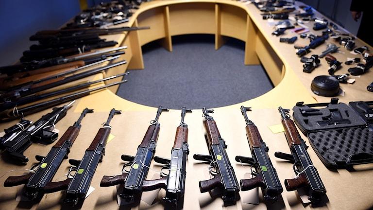 Mängder med illegala vapen.