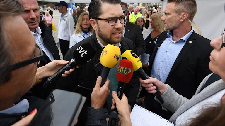 Jimmie Åkesson oo difaacay Peter Lundgren iyo Booqashada howl-wadeenada Radio Sweden ee magaalada Borlänge