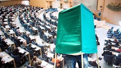 Personer röstar i vallokalen Domkyrkoförsamlingen 3 i Riksdagshuset.