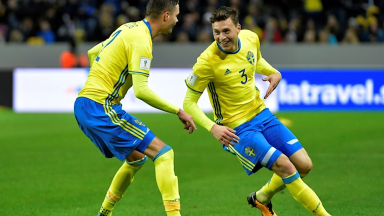 Sveriges Mikael Lustig och  Victor Lindelöf jublar efter 5-0 under lördagens VM-kvalmatch Europa (grupp A)