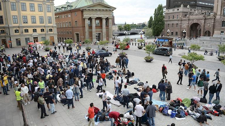 Asylsökande flyktingar har samlats vid mynttorget nära riksdagshuset för att visa sin oro mot Sveriges nya hårdare flyktingpolitik.