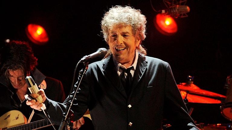 Bob Dylan oo aan weli ka jawaabin inuu biladda Nobeelka aqbalay iyo in kale.