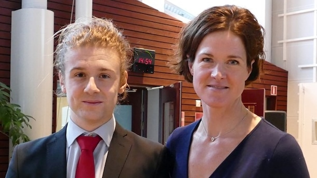 En man och en kvinna som står sida vid sida.