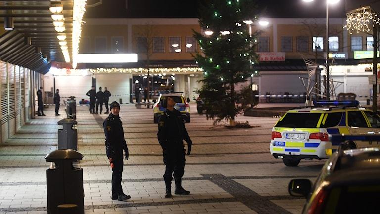 En man har skjutits på en restaurang i Rinkeby i västra Stockholm och vårdas på sjukhus.