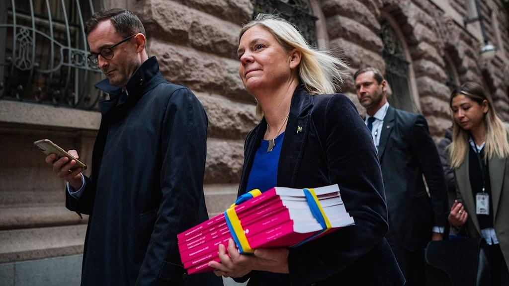 Magdalena Andersson (S), wasiirka maaliyadda oo xarunta baarlamanka u socota si ay u soo bandhigto miisaaniyadda 2022.