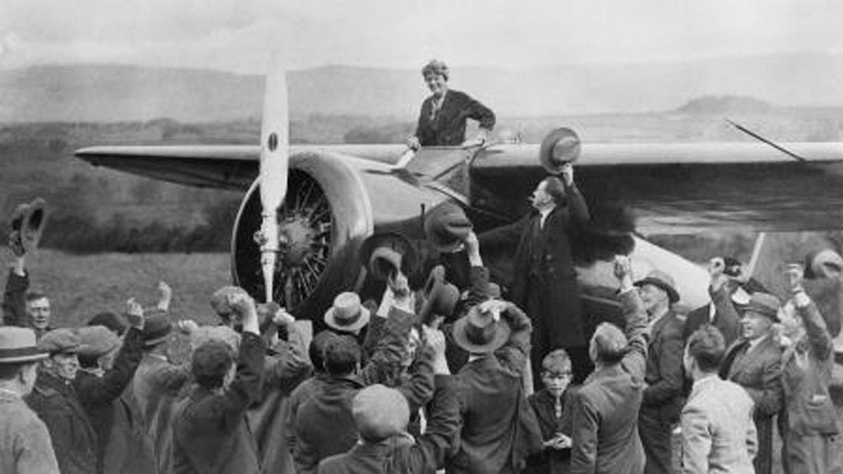 Amelia Earhart och The Electra. Foto:  SVT Bild