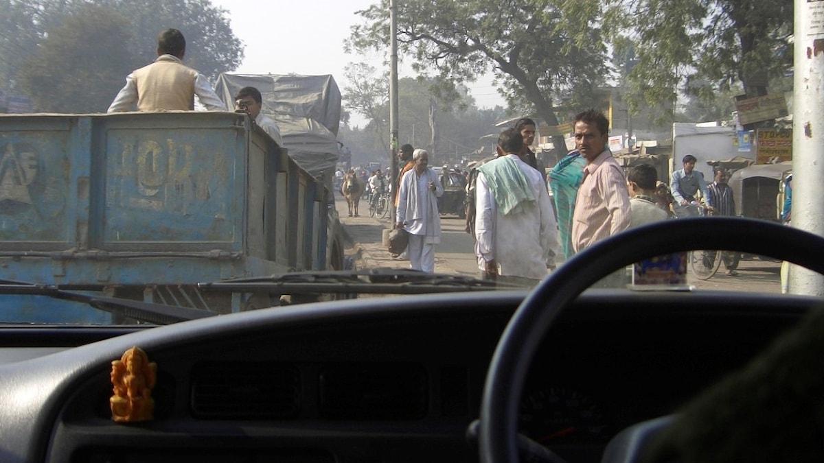Bild inifrån en bil på en väg i Indien