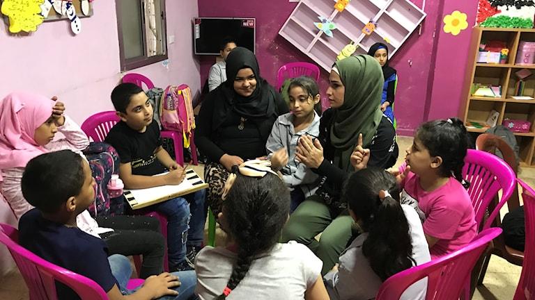 På Najdeh Center i flyktinglägret Shatila i Beirut får barnen lära sig om sina rättigheter och skyldigheter, de lär sig om trakasserier och hur de ska agera vid trakasserier. Det gör de genom lek, teater och dans bland annat. Foto: Anna Carlsson/Sveriges Radio