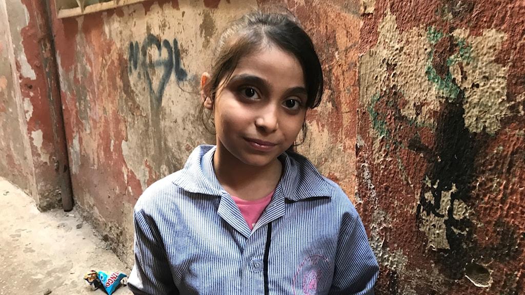 Amina Al Laham är 9 år och bor i flyktinglägret Shatila i södra Beirut. Hon är en av uppemot 90 barn som varje vardag får stöd med läxor och hur de ska hantera och överleva vardagen i läget.