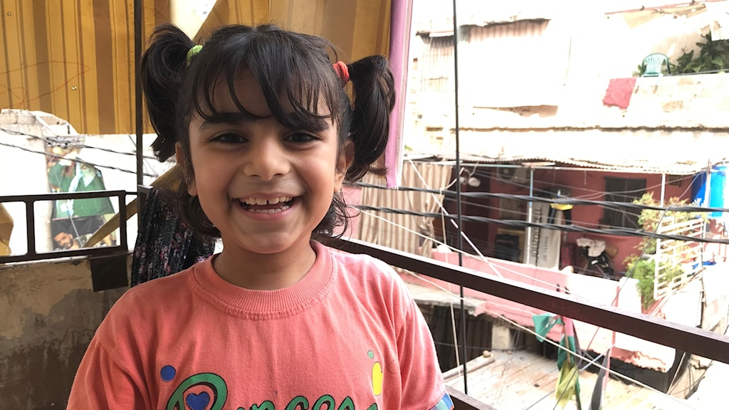 Hasna Kanaan är 8 år och bor i flyktinglägret Shatila. Hon kan rabbla alla barns rättigheter. Hon drömmer om en lekplats som hon och hennes vänner kan leka på. Foto: Anna Carlsson/Sveriges Radio