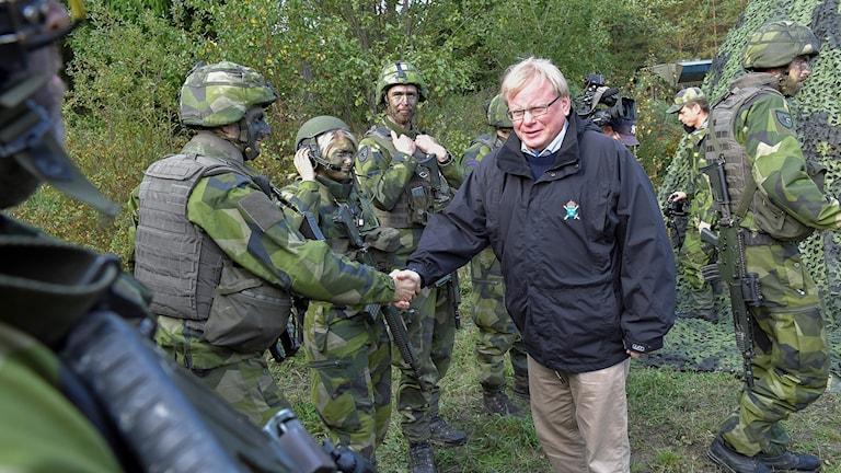 Wezîrê bergiriyê Peter Hultqvist seredana serbazên Sewêdî dike.