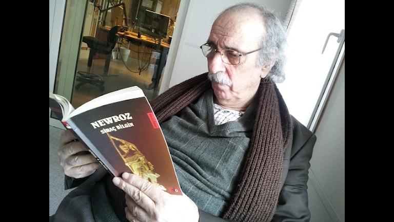 Nivîskar  Sirac Kekuyon (Bilgin) û kitêba Newroz. Foto: Besir Kavak