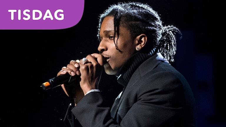 Bild på ASAP Rocky när han håller i en mikrofon.