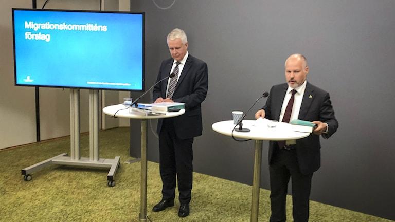 Migrationskommittén lämnade sitt slutbetänkande till migrationsminister Morgan Johansson på tisdagen.