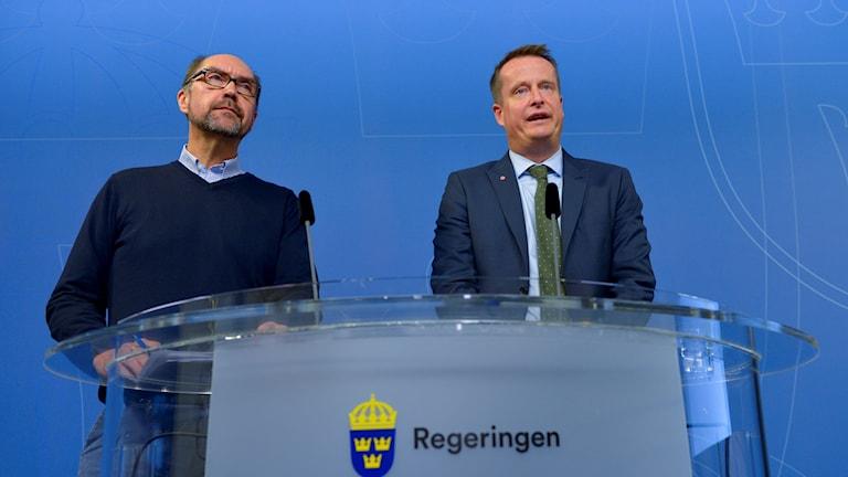وەزیری نێوخۆی سوید ئاندێش ئیگێمان لەگەڵ کارمەندی دەزگای کۆچ میکاێل ڤینلوند - wêne: Henrik Montgomery/TT