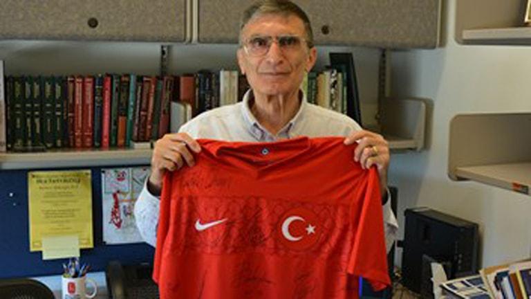 Aziz Sancar fick turkiska fotbollslandslagets tröja med samtliga autografer efter Nobelpriset annonserats. Foto: Niklas Zachrisson/SR