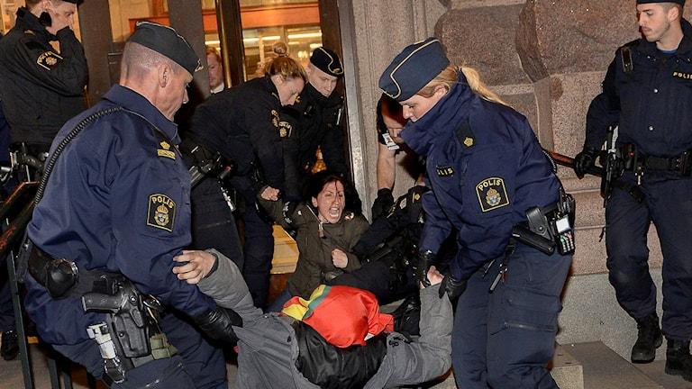 Kurdiska demonstranter i riksdagshuset tas ut av polis. Foto: TT