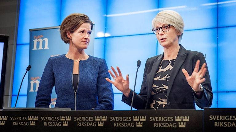 Berdevka pirsên bazara karî ya Moderatan Elisabeth Svantesson bi seroka Partiyê Anna Kindberg Batra re. Wêne: Tomas Oneborg / SvD / TT.
