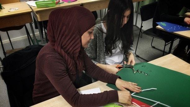 Läraren Resha El-Issa sitter med 15-åriga Dima Amsu som gått i förberedelseklass i Borås under hösten. Foto: Maria Hansson Trens/SR