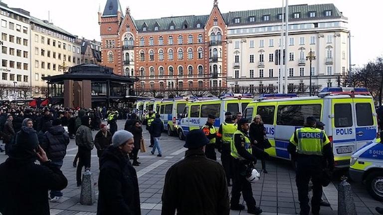 Polisbilar runt Centralstationen. Foto: Alexander Gagliano, Sveriges Radio