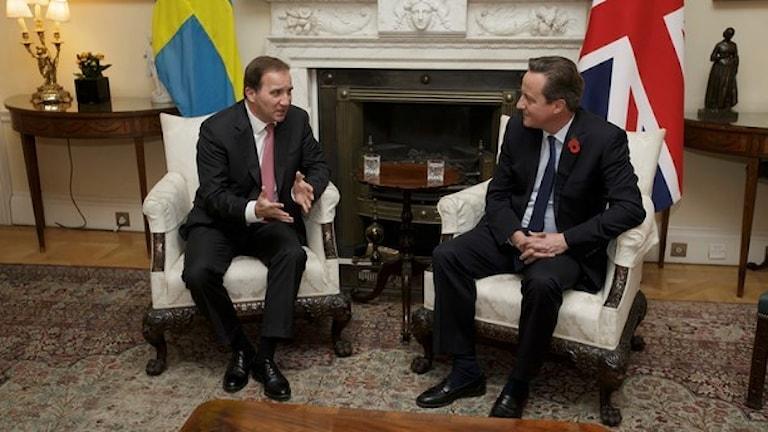 Serokwezîrê Swêdê Stefan Löfven û serokwezîrê Birîtaniyayê David Cameron. Wêne: Tim Ireland/AP.