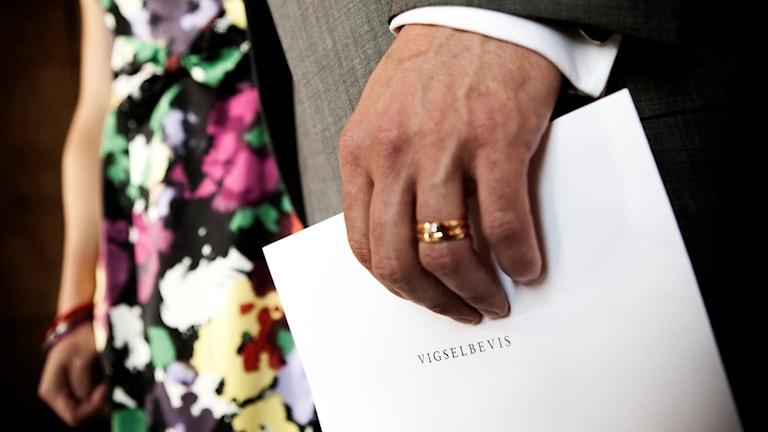 Vigselbevis i handen. Foto: TT