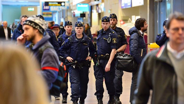 Polîsên swêdî li balefirgeha Arlandayê li Stockholmê.