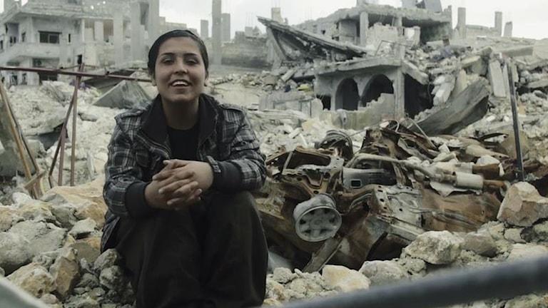 En kvinnokrigare i Kobane fr dokumentären Distance.