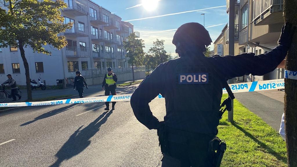 Poliser vid en avspärrning