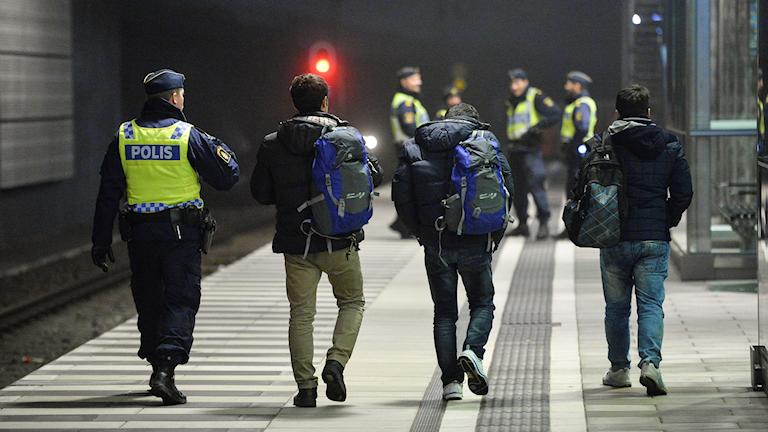 Polis eskorterar asylsökande på Hyllie station i Malmö hösten 2015.