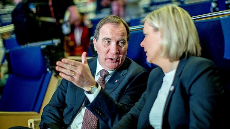 Serokwezîr Stefan Löfven bi wezîra aboriyê Magdalena Andersson re li kongreya partiyê li Göteborgê.