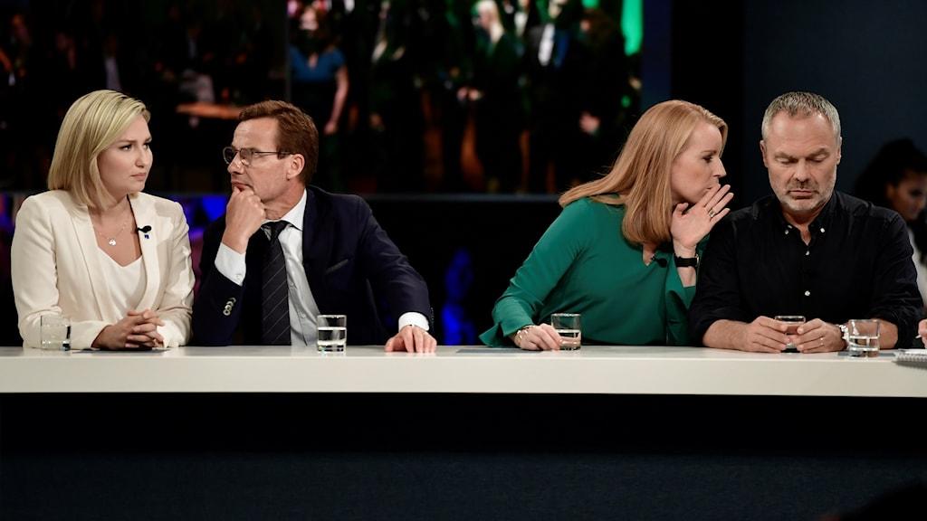 Li aliYê rastê serokên Liberal û Navendê jan Björklund û Annie Lööf û li aliyê çepê serokên Moderatan û Demokratên Xristiyan Ulf Kristersson û Ebba Bush Thore.