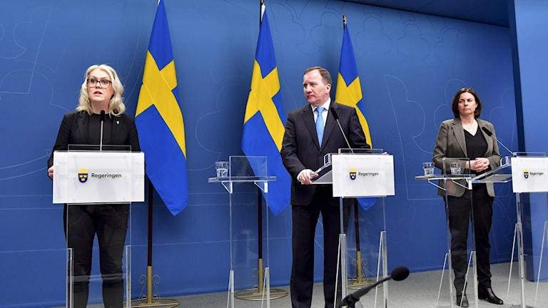 Socialminister Lena Hallengren (S), statsminister Stefan Löfven (S) och vice statsminister Isabella Lövin (MP).