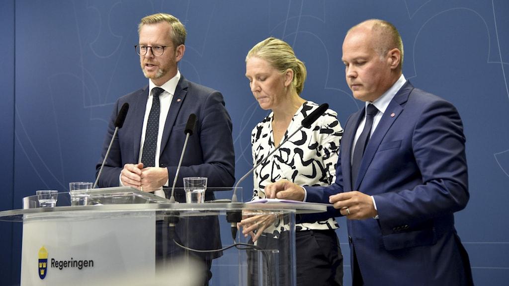 Inrikesminister Mikael Damberg (S),  Karolina Skog (MP) och justitieminister Morgan Johansson (S) efter att Moderaterna, Kristdemokraterna och Liberalerna har hoppat av de tvärpolitiska förhandlingarna om åtgärder mot gängkriminaliteten.