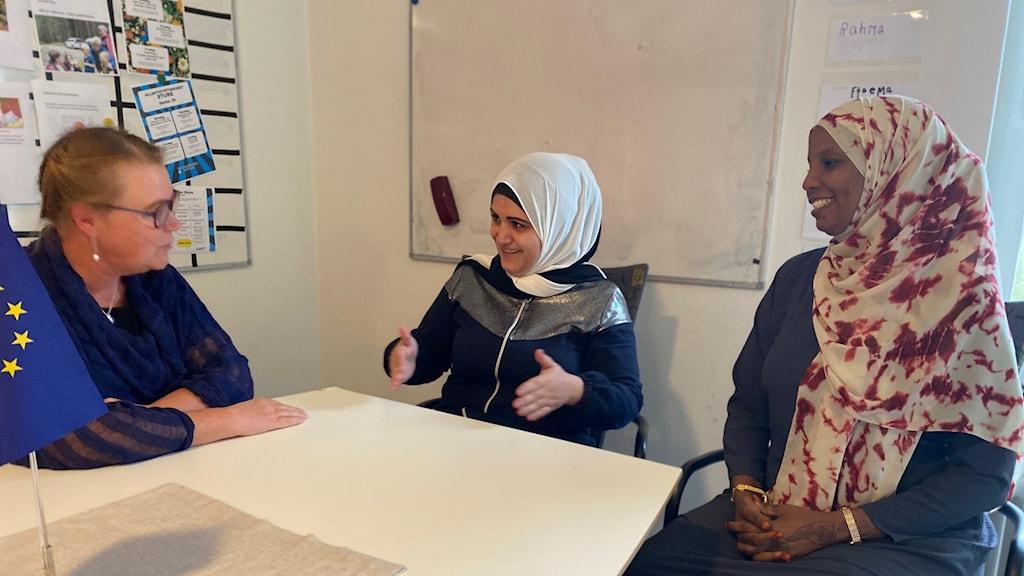 Kerstin Törngren, delprojektledare för Kvinna in i Sverige (till vänster) Sara Osman, deltagare (till höger) Ghada Omar, deltagare (mitten)