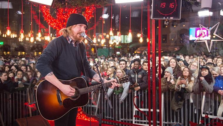 Lars Winnerbäck sjunger och spelar gitarr