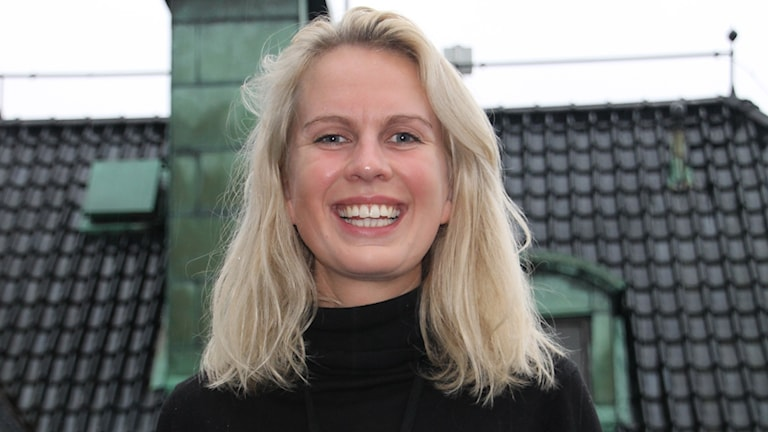 Sandra Killgren med plåttak i bakgrunden