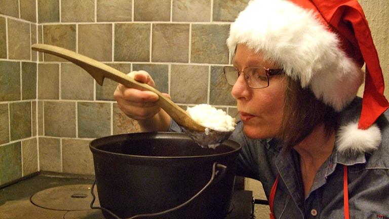Ulla Rajakisto maistaa puuroa.