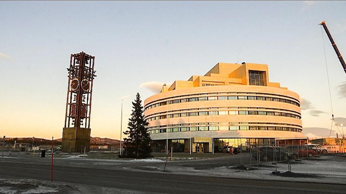 Kirunas nya stadshus Kristallen med det gamla klocktornet