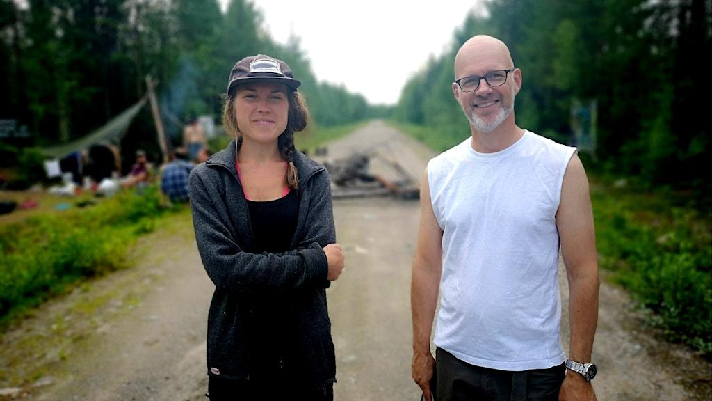 Josefin Lämås och Christofer Sjödin från Amnesty Sápmi och Kristna fredsrörelsen på plats i Gállok.