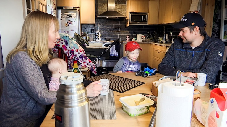 De två föräldrarna Meerke Jonsson och Mattias Fjällberg, diskuterar förskolesituationen i Änge, hemma hos Meerke.
