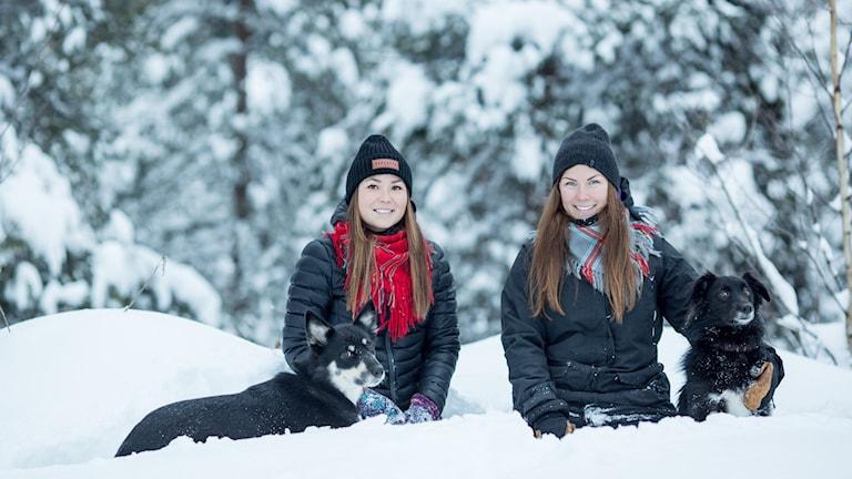 Pressbild: Leila Nutti och Anna Kuhmunen. Bok om renhunden