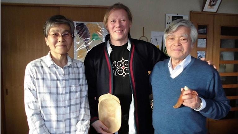 Tomas Colbengtson (mitten) på besök hos Ainufolket i Japan för att förbereda uställnignen i december