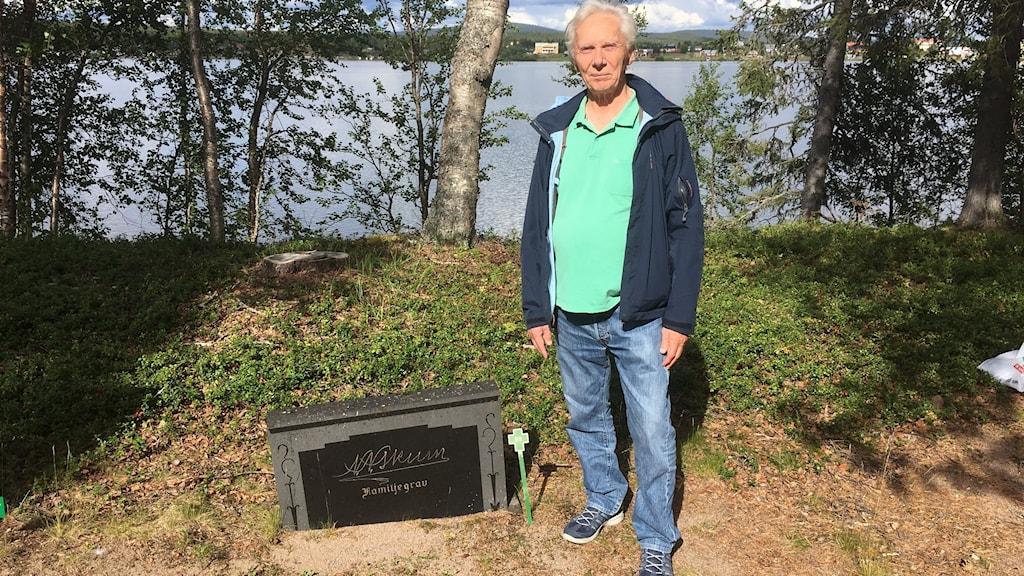 Bror Saitton vid Nils Nilsson Skums grav.