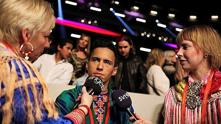 Jon Henrik Fjällgren blir intervjuad av Sameradion & SVT Sápmis Karen Eira och Marja Påve efter finalen i Melodifestivalen 2015.