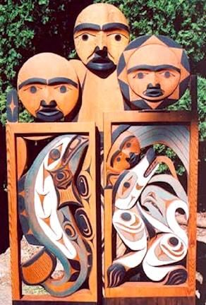 Träskulptur med figurer från andevärlden.