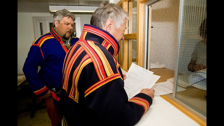 Per-Erik Marsja, Girjas sameby (t.v) och SSRs dåvarande ordförande Per-Gustav Idivuoma lämnar in stämningsansökan vid Gällivare tingsrätt 2009. Foto: Carl-Johan Utsi.