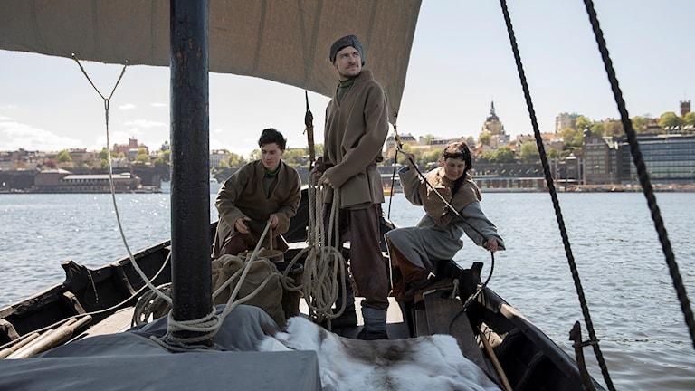 Samerna har i långa tider haft en närvaro längre söderut än vad som varit känt. Arkeologer har gjort fynd av samiska båtar från medeltiden och vikingatiden ända nere i Mälaren och inne i Stockholm. I UR-serien Samernas tid får vi följa samernas två-tusenåriga resa fram till idag.