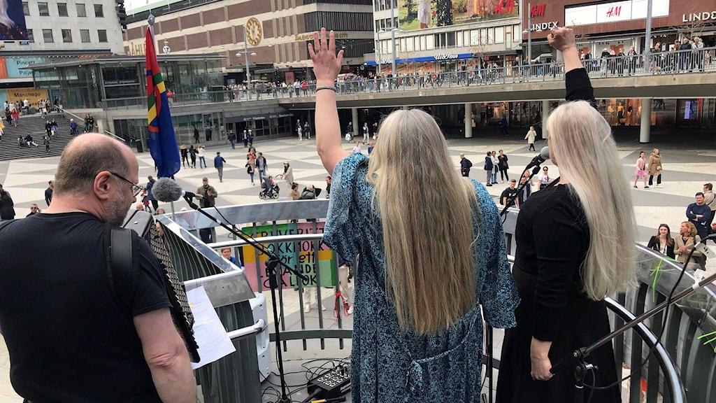 Trion Gålmuk med systrarna Nik och Nilla Märak och Anders Hällström uppträdde under manifestationen..